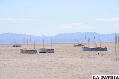 Botes abandonos donde antes era la orilla del lago Poopó