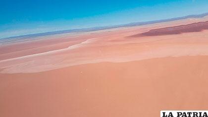 Vista aérea del desierto en el lugar donde antes estaba el lago, ahora se anuncia una inversión millonaria en procura de salvarlo