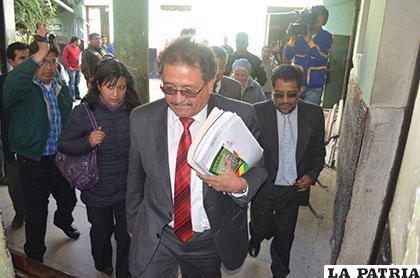 El acalde Edgar Bazán cuando estuvo en la Felcc para declarar sobre su caso