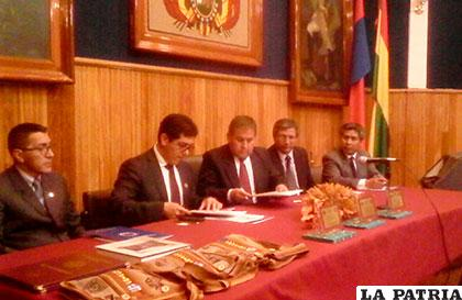 Momento de la firma de convenio entre rectores de la UTO y la Universidad de Chimborazo
