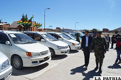 El general Galindo observa los vehículos que fueron comisados y ahora entregados a la Aduana