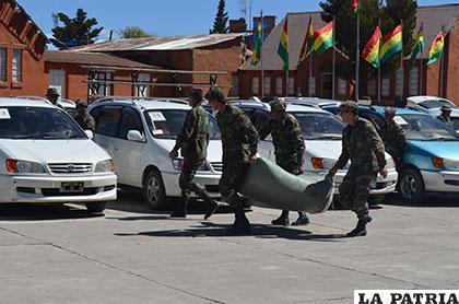 Soldados cargan parte de la mercadería ilegal secuestrada