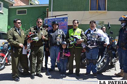 Autoridades policiales y miembros del grupo de motoqueros que organizan esta campaña vial