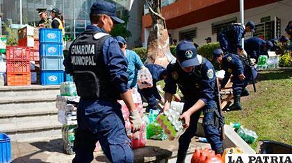 Guardias municipales de La Paz con las bebidas decomisadas ANF