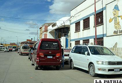 Existen muchos vehículos que utilizan esta vía como estacionamiento