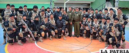 Jefes policiales al lado de los elementos Delta en su noveno aniversario