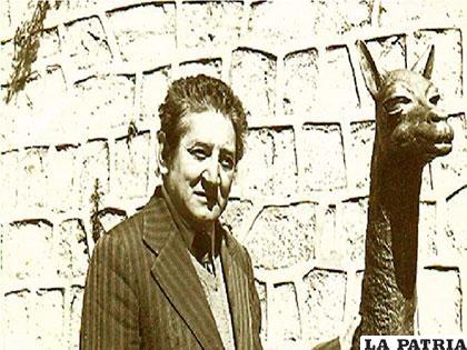 Profesor Hugo Molina Viaña, escritor orureño, a lado de una vicuña, personaje de uno de sus cuentos más célebres