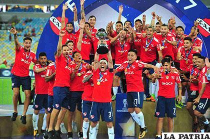 La celebración de los jugadores de Independiente con el trofeo en alto