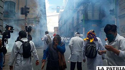 Profesionales en salud en su afán de ingresar a plaza Murillo fueron gasificados por la Policía /ANF
