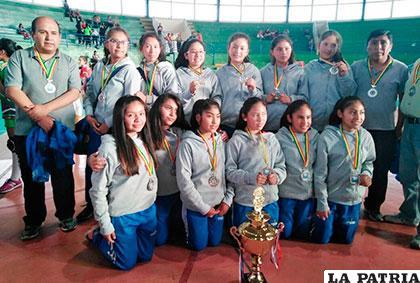 La selección orureña en Mini niñas con el trofeo de subcampeón