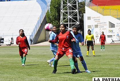 Luz Valencia domina el balón, pero fue muy buena la marca de las orureñas /Fernando Rodríguez - LA PATRIA