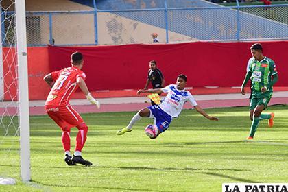 Viscarra ahogó varios gritos de gol, Cuéllar en la acción /Reynaldo Bellota LA PATRIA