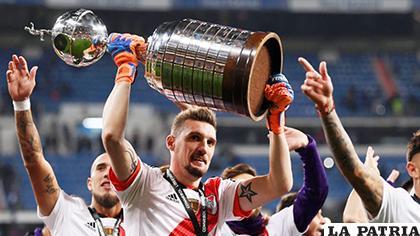 El portero de River Plate, Franco Armani, celebra con el trofeo en alto/  tycsports.com