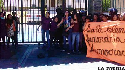 La agrupación feminista aprovechó que no había custodia policial /ANF