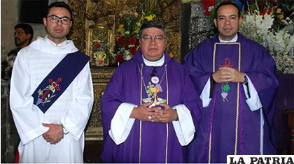 El Obispo Auxiliar de El Alto, Monseñor Giovani Arana (centro) /ANF