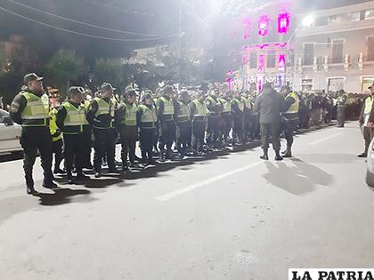 Los policías formaron antes de circular por toda la ciudad de Oruro  / LA PATRIA