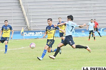 La acción del partido que se jugó en la ciudad de Cobija / APG