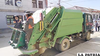 El carro recolector que circula por zonas comerciales /LA PATRIA