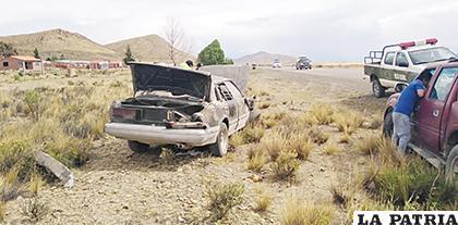 El automóvil en el que viajaban de Huanuni a la ciudad de Oruro /LA PATRIA