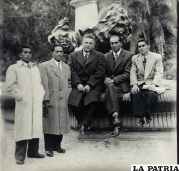 Armando Rosas junto a sus alumnos